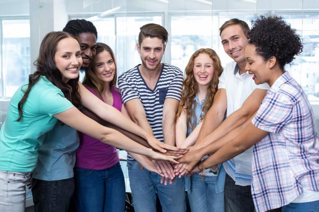 estudantes universitarios felizes colocando as maos juntas 13339 110728